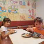 Copii la masă • Grădinița Căsuța din pădure Constanța